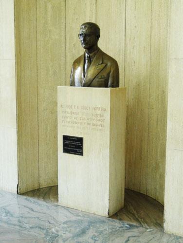 Busto do Prof. E. F. Godoy Moreira
