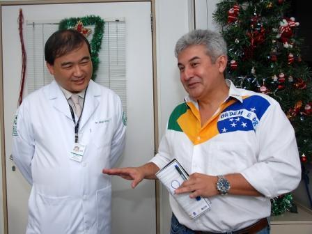 Descontraído, Marcos Pontes fala de sua viagem ao espaço ao Dr. Sérgio Okane