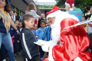 Papai Noel visita os alunos da EMEI